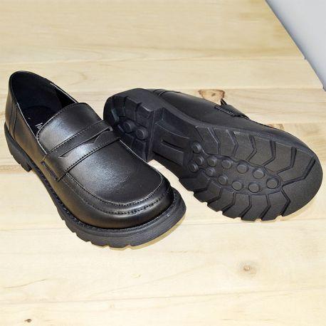 Japanilaiset koulupuvun kengät