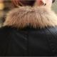 Naisten nahkatakki turkiskauluksella